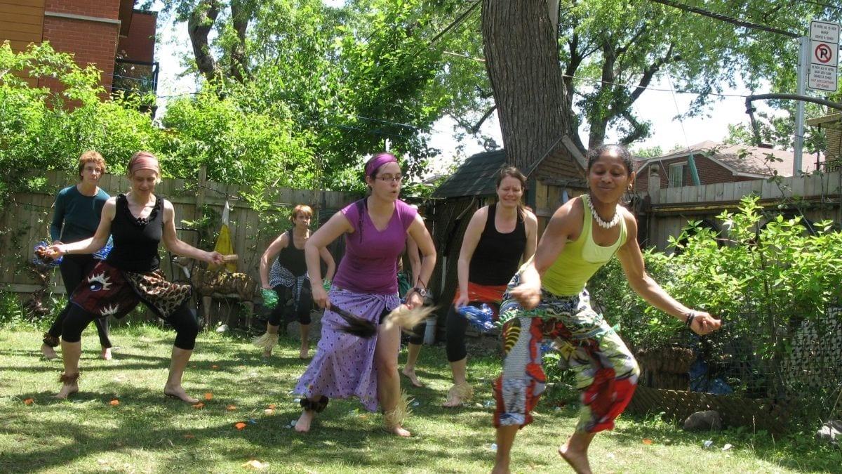Claudine Malard et ses éléves durant un atelier de danse africaine.