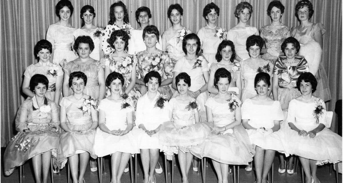 La photo de classe de graduation de Denise Brault (1ere rangée, 3e de la droite) Crédit photo : Archive Denise Brault