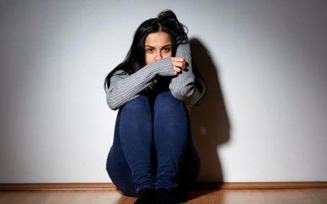 Jeune femme prostrée qui a peur