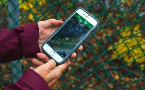 À la recherche d'un trésor avec l'application de geocaching dans le Bronx