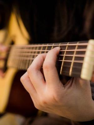 Gros plan sur les mains d'un guitariste