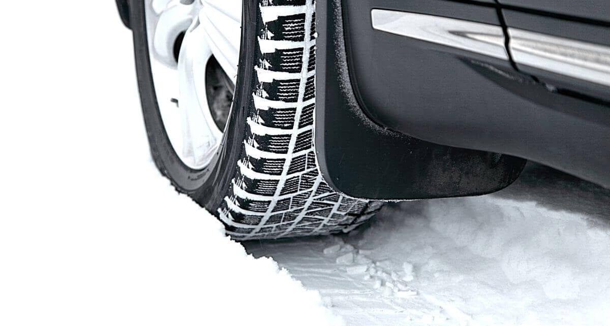 pneu d'hiver sur la neige laissant des traces