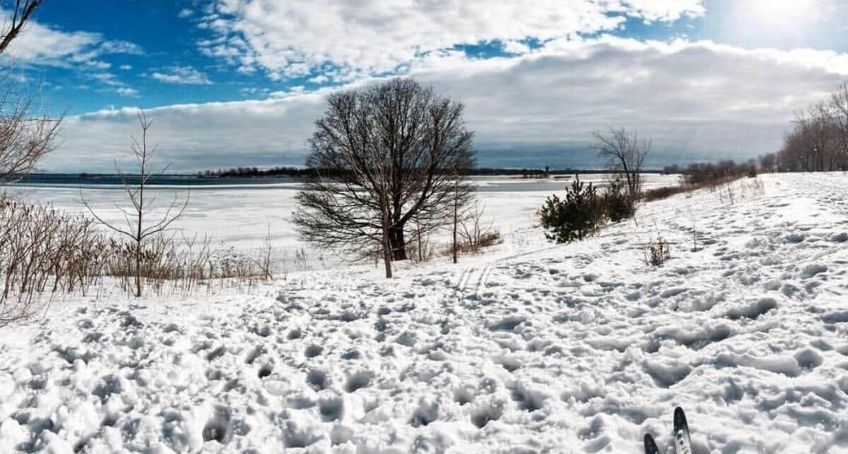 Activités d'hiver paysage enneigé au bord du fleuve