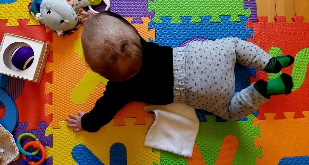 Bébé joue à la maison