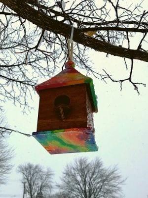 Maison à oiseaux par les Artistes Anonymes du Bronx - Arc-en-ciel