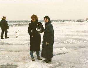 Gail et Céline sur le fleuve glacé en 1988