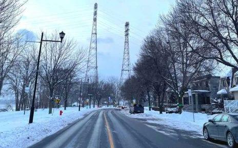 Les pylônes de la ligne Beauharnois‑Aqueduc sur le boulevard LaSalle.