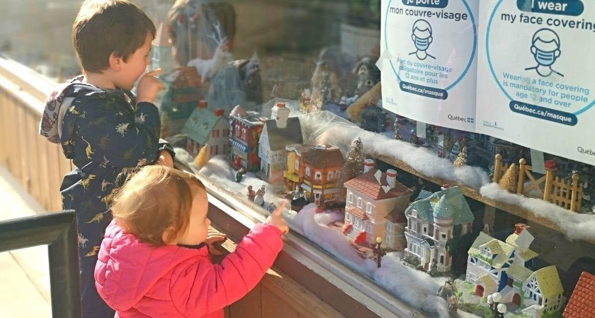 Les enfants du quartier émerveillés devant la vitrine du salon Ambiance