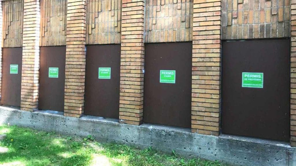 Des affiches sur les murs de l'ancienne école Allion (mai 2021)