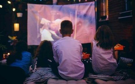 Enfants regardant un film en plein air