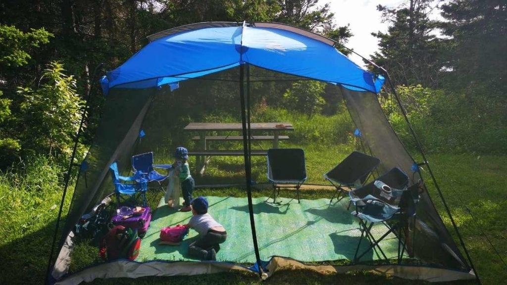 Une moustiquaire pour une aire de jeux en plein air