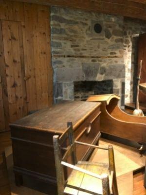 Plusieurs meubles au rez-de-chaussée de la Maison Le Ber-Le Moyne