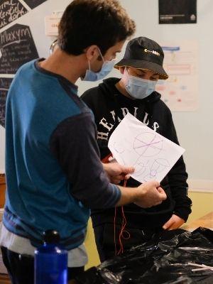 Fabrication de parachute à L'Ancre des Jeunes