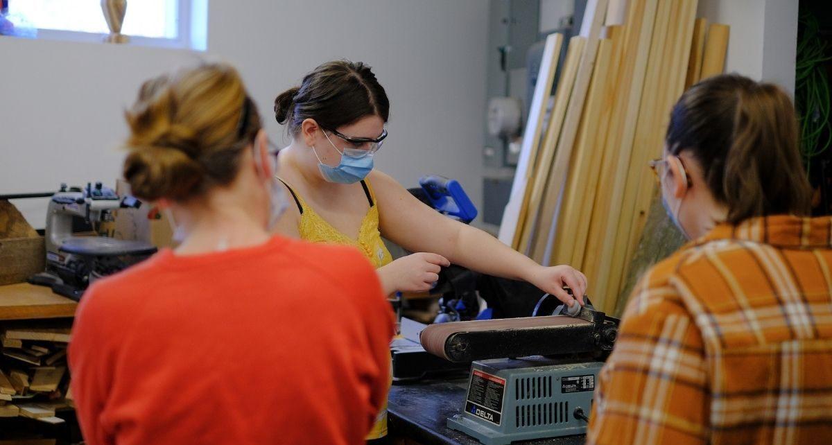 Atelier de travail du bois à L'Ancre des Jeunes