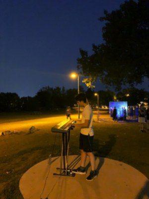 Piano au bord du fleuve en nocturne