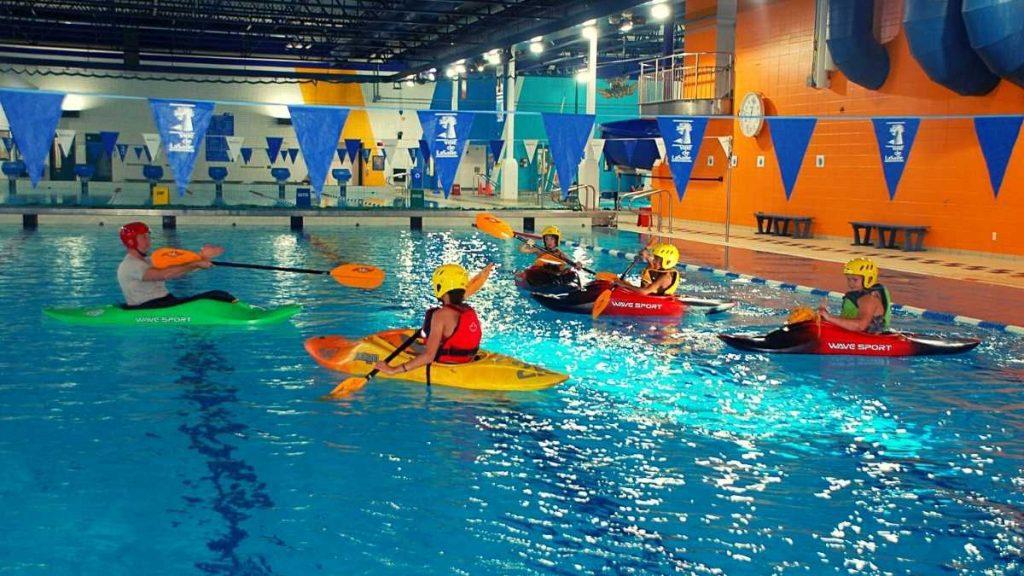 Cours de kayak-polo à la piscine Aquadôme de LaSalle