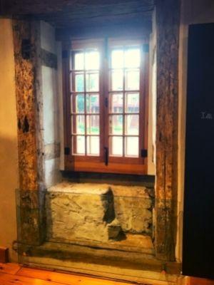 Une ancienne porte transformée en fenêtre à la Maison Nivard-De Saint-Dizier